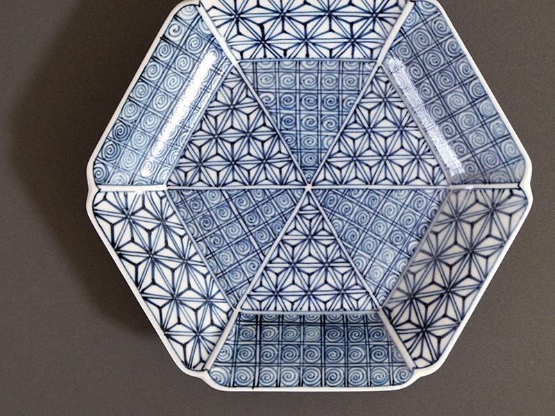 21908-131 ユス灰染付麻の葉渦六角皿 size 16.5×18×2.6cm